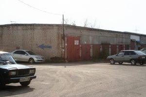 гараж у заправки АВРО
